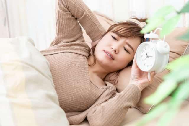 寝違えの辛い症状に悩む女性