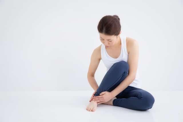 足首の辛い痛みに悩む女性