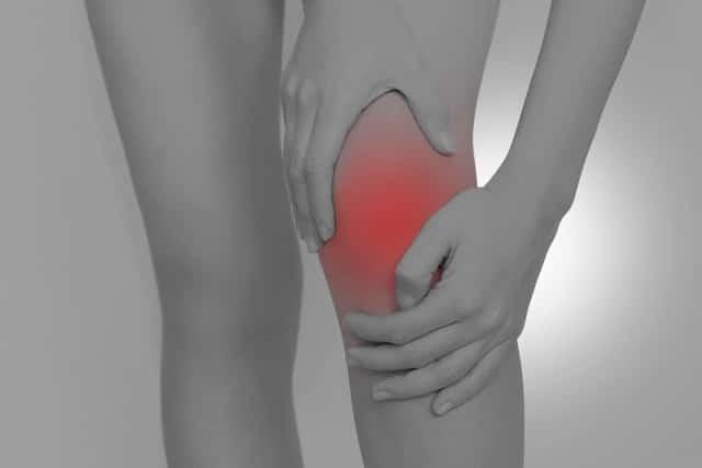 関節軟骨の老化やスポーツによる外傷も膝痛の原因になります