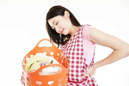 辛い腰痛で家事に支障が出て悩む女性