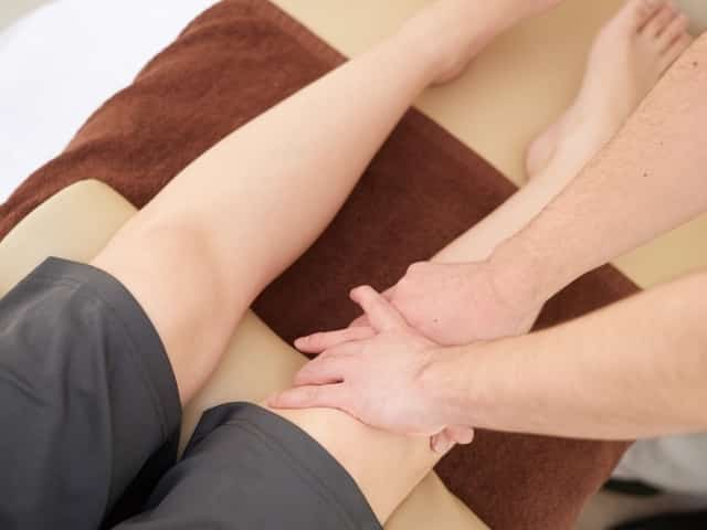 軽く触れる優しい施術で全身の骨を調整して症状を改善します