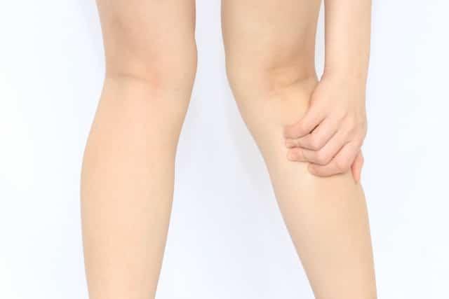 O脚からくる症状に悩む女性の足