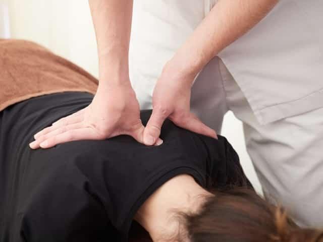 優しい施術で骨格の歪みを整えて正しい姿勢へと導きます